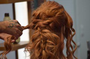 Comment faire une coiffure afro réussie ?